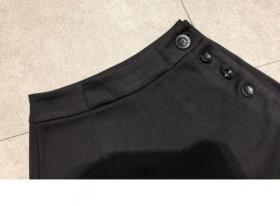 简约大气,版型阔腿裤,设计中用了快时尚贴牌,面料采用呢和洗水牛仔来自作,合适冬天,秋冬穿。